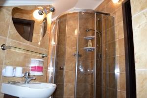Pokój 5 - osobowy z łazienką